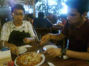 Yusuf dan Fadel semangat menyerbu pizza